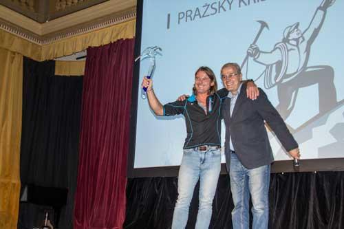 Mára Holeček přebírá cenu Pražský křišťálový cepín od Romana Schauera