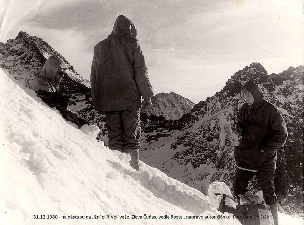 31.12.1980 - na nástupu na Jižní pilíř Volí veže. Zleva Čuňas, vedle Rosťa, napravo autor článku