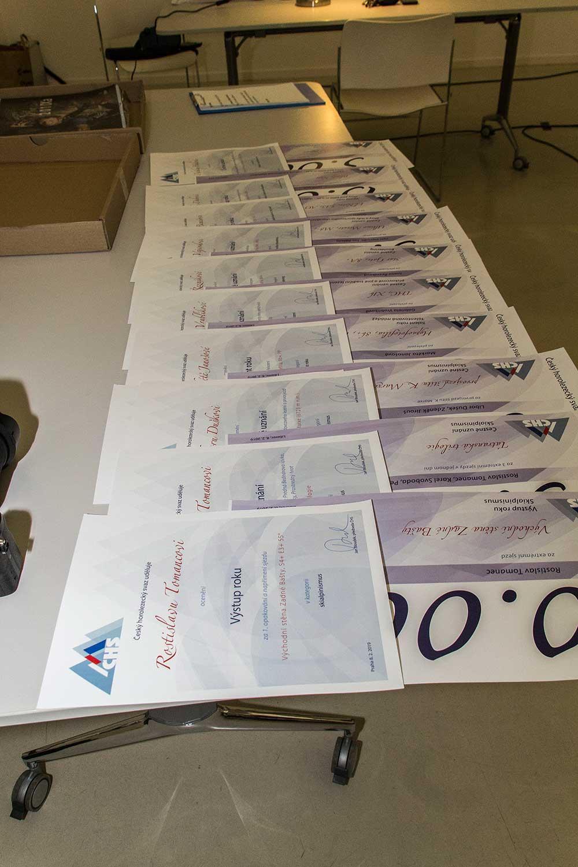 Seřazené diplomy a šeky