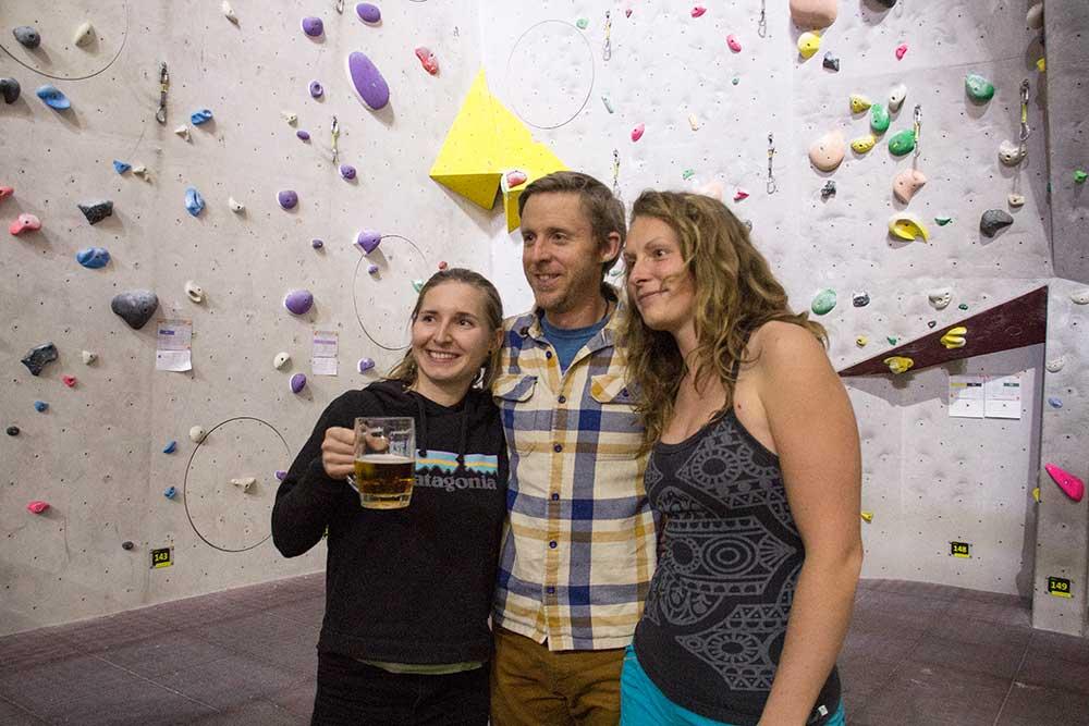 Focení s fanynkami patří k práci profesionálního lezce