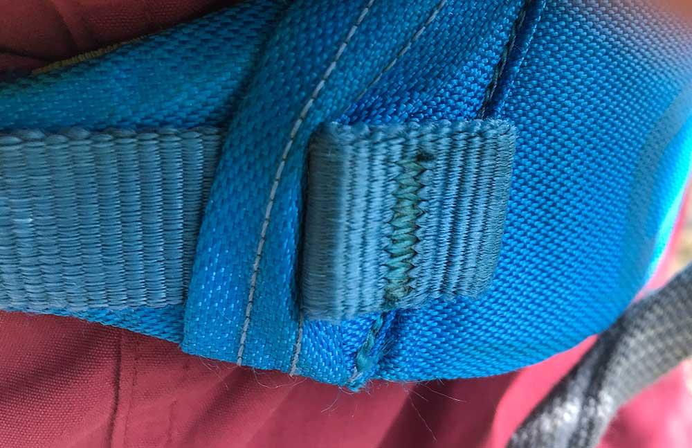 Pevné poutko držící konec popruhu nohaviček