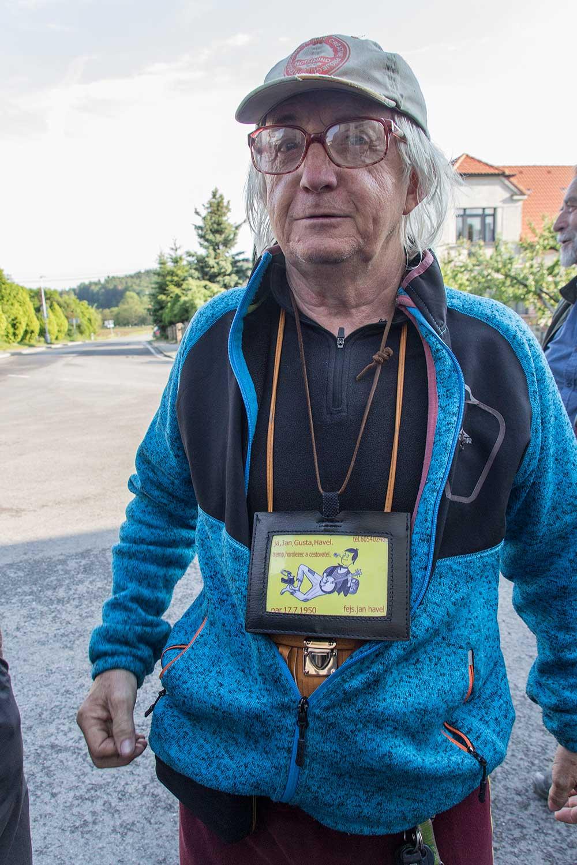Jan Gusta Havel s cedulkou, aby všichni věděli.
