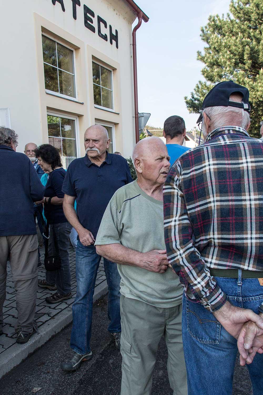 Buditel a v zeleném nejstarší účastník, 84 let.