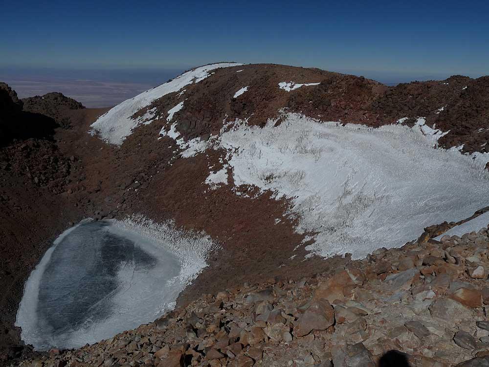 V kráteru sopky Licancabur se nachází jezero, jako zázrak v poušti Atacama