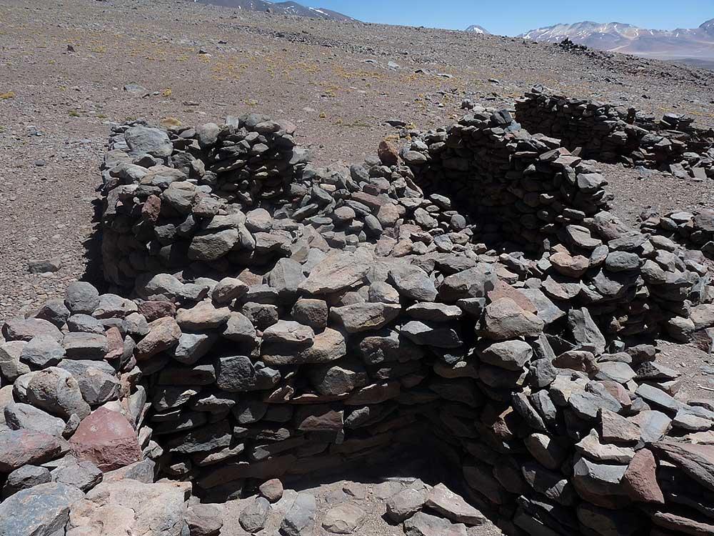 Na úpatí Licancaburu se nacházel tábor a stavby se nachází na několika místech