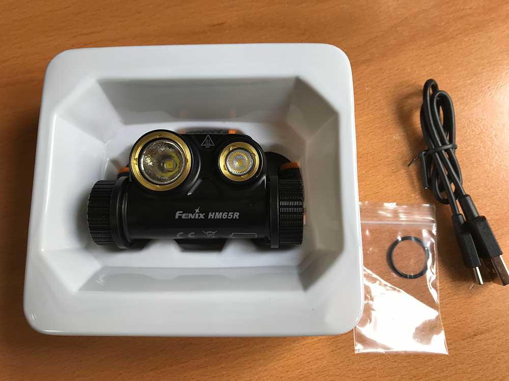 Unboxing: svítilna s popruhy, kablík USB-C, rezervní těsnění