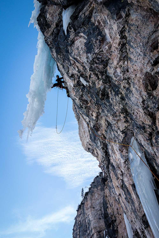 Po prvních 50 metrech v ledu následuje skála. To chceš!