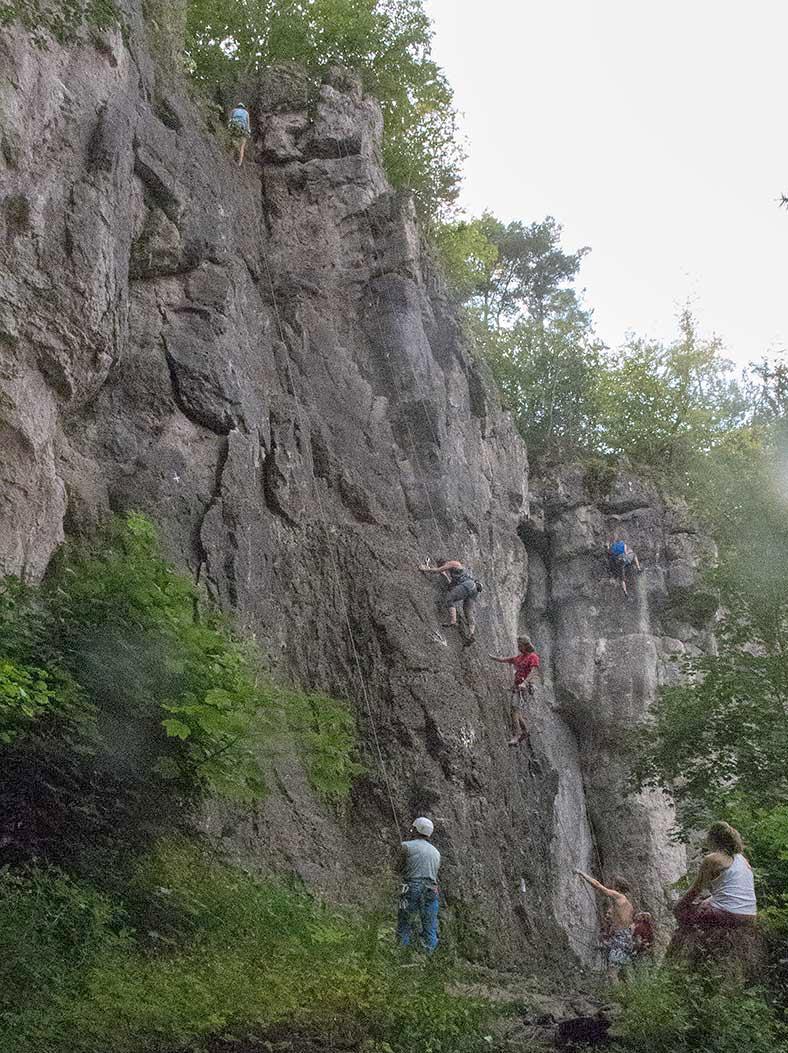 Leupoldsteiner Wand, zleva Allmacht, Julia88, lezec v La belledu jour, červená lezkyně ve Wetterspitze