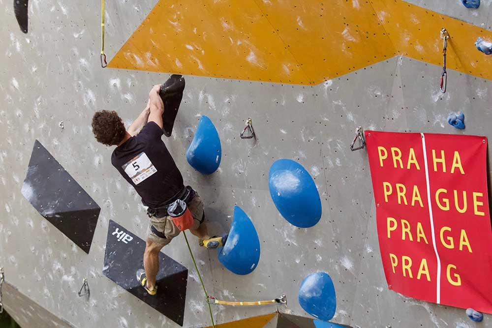 Adam Ondra - závěrečný boulder. Rozhoupat a hop