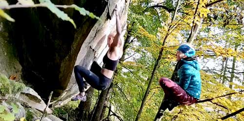 Lucka leze svůj první boulder 8A+ a Aneta je z toho na větvi