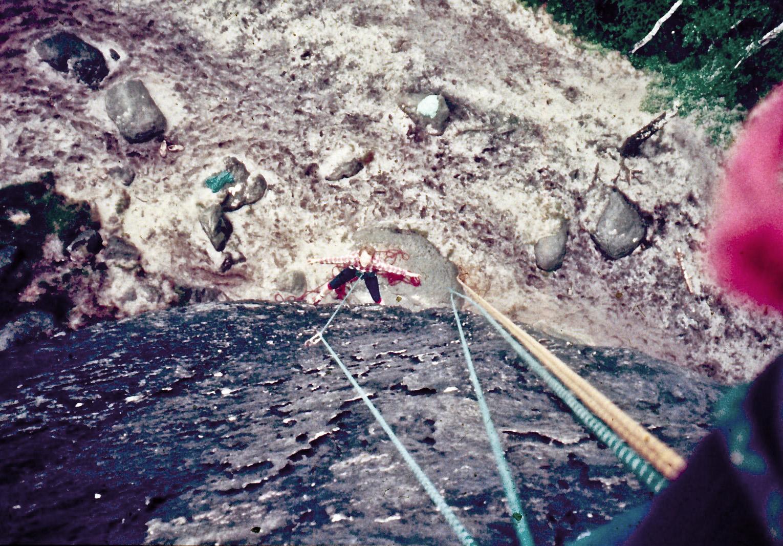 Borek visí v laně na své první cestě na písku