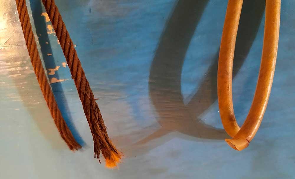 Detail přetržených lanek. Před pádem byly na obou bužírky.