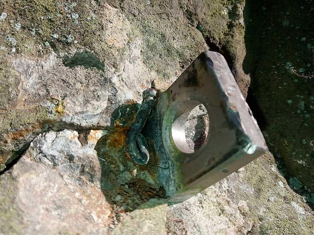 Původní háky, které se vyměnily po vypadnutí Supího háku v Americké cestě. Hřebíček zřejmě do rakve.