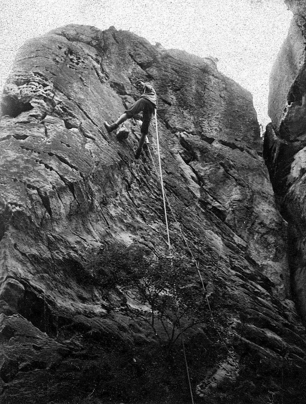 """Honza """"Chroust"""" Procházka při prvovýstupu na Lebku v roce 1968 – název cesty podle zásad sdružení je KZP 1968"""