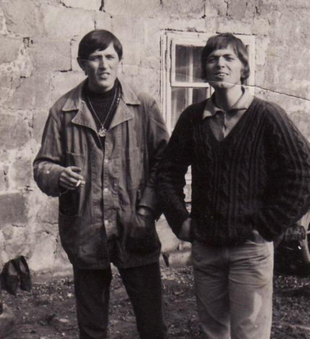 """KZP před Karouškárnou v roce 1969: Jan """"Chroust"""" Procházka a Pavel """"Ščevl"""" Ščevlík"""