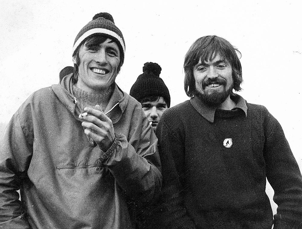 """Honza """"Chroust"""" Procházka, Josef """"Joščík"""" Hradecký a Pavel """"Ščevl"""" Ščevlík na Majáku při tradičním štědrodenním výstupu r. 1972"""