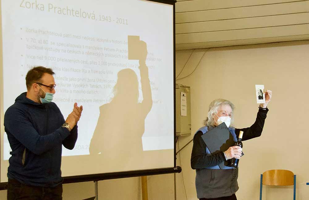 Petr Prachtel přebírá diplom k čestnému členství Zory Prachtelové