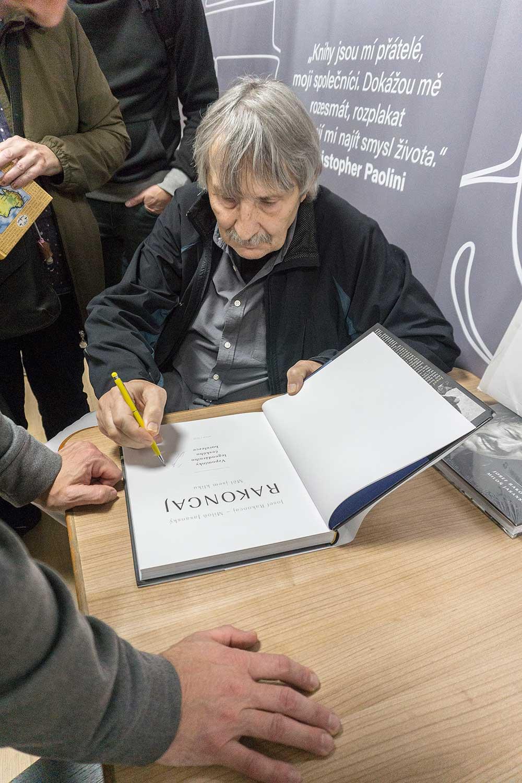 Joska Rakoncaj podepisující