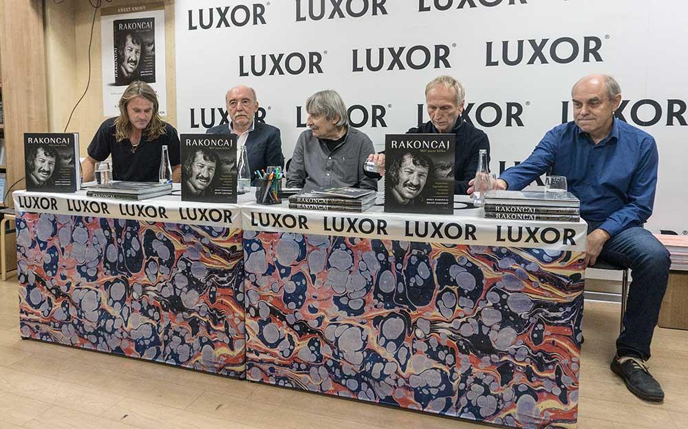 Plná sestava autorů a kmotrů včetně Máry Holečka vlevo